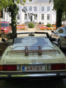 Julia Roberts portrait painting by Peter Engels arriving in style at the exhibition